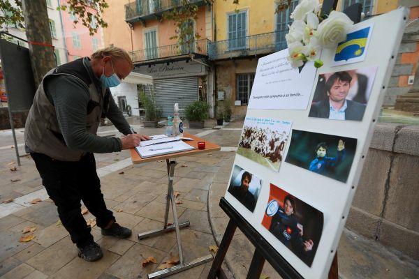 """A Solliès-Pont un livre d'or en hommage au joueur est disposé sur la place du village par le Club de rugby local """"Vallée du Gapeau""""."""
