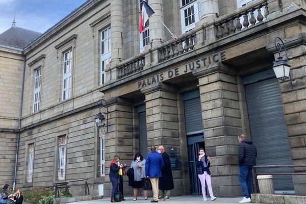 A l'entrée du palais de justice de Saint-Brieuc -