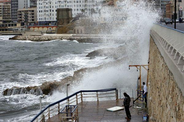 Episode de fortes vagues sur la corniche à Marseille.