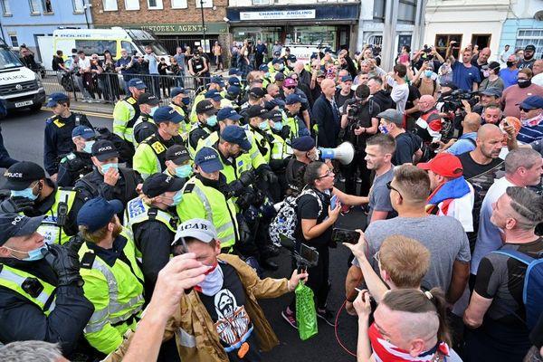 Des policiers britanniques séparant manifestants pro et anti-migrants ce samedi à Douvres.