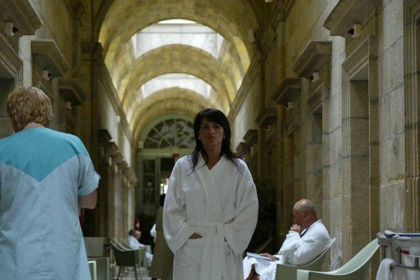 Une curiste arpentant les allées des thermes de Néris-les-Bains, dans l'Allier : une image que les professionnels du thermalisme en Auvergne voudraient bien revoir.