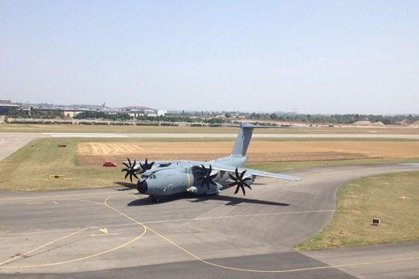 Parmi les missions de l'A 400 M :  les liaisons inter et intra-théâtres opérationnels, le ravitaillement en vol, les évacuations sanitaires, le largage de personnels et de matériels...