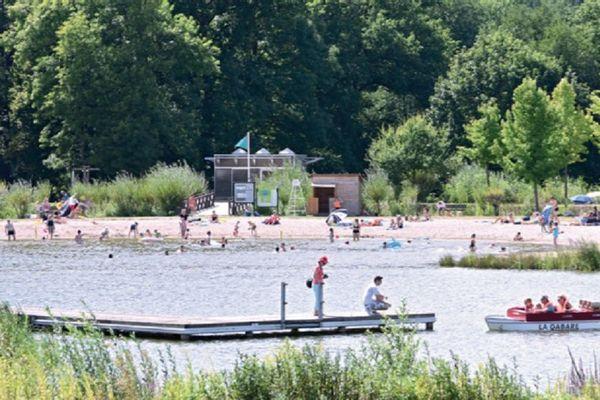 Au plan d'eau de la base Val Dore, à Ambert (Puy-de-Dôme), la baignade est interdite pour des raisons sanitaires à partir de ce mercredi 29 juillet.