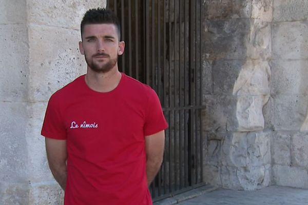 """Plus sobre et marketé, le tee-shirt rouge et blanc """"le nîmois"""", de la marque du footballeur Clément Despré... fier de sa ville. 2019."""