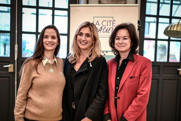 Anne-Cécile Mailfert, présidente de la Fondation des femmes, l'actrice Julie Gayet et SylviePierre-Brossolette, ambassadrices de la Cité audacieuse