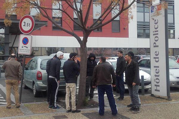 Des amis et la famille de la jeune femme protestent devant le commissariat d'Albi