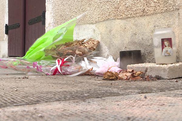 Devant l'ancien domicile d'Angélique Clere à Monéteau (Yonne), les fleurs et hommages pour cette femme victime de féminicide sont encore là, le drame dans toutes les têtes.