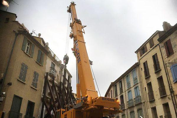 Le 1er décembre 2020, une grue se déploie afin d'évacuer Alain, l'homme de 300 kilos bloqué chez lui à Perpignan depuis un an.