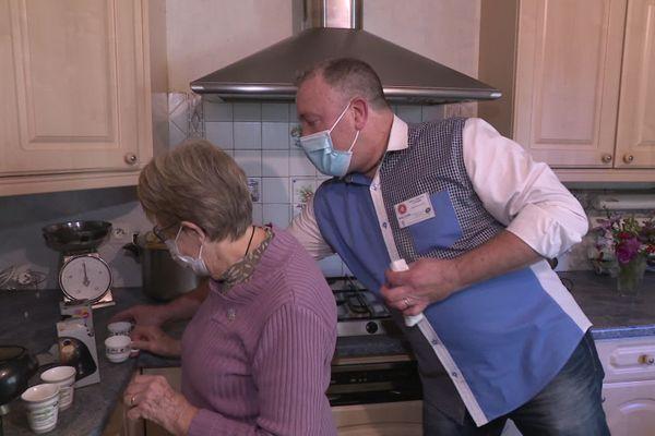 Fabien s'est reconverti en aide à domicile grâce à l'AMAC, après avoir travaillé toute sa vie dans l'hôtellerie