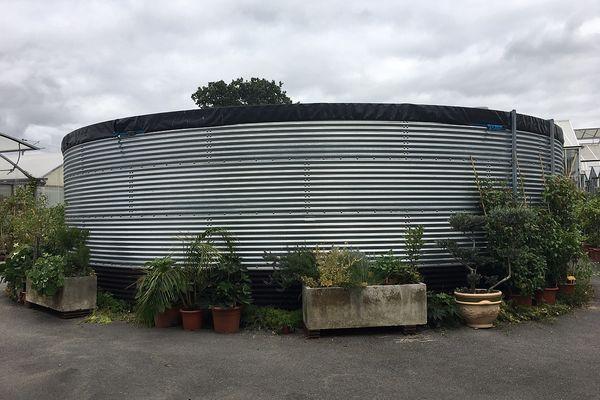 Une cuve de récupération des eaux de pluie a été mise en place à la Diretion des Espaces verts de Reims.