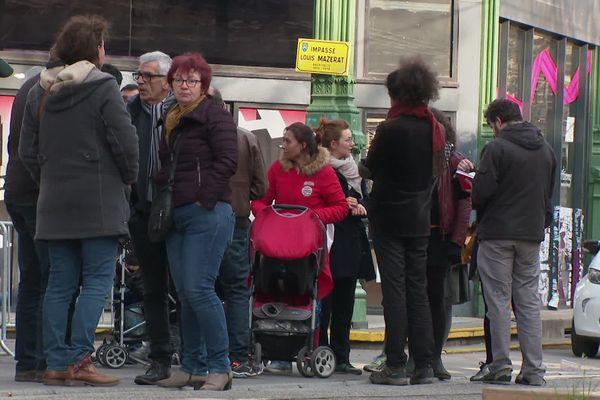 Les familles de migrants et leurs soutiens devant la Bourse du Travail.