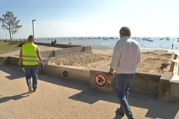A chaque grande marée, les agents municipaux condamnent les douze portes d'accès à la promenade du littoral...