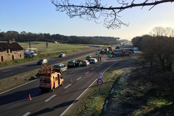 Un accident a eu lieu entre un poids-lourd et un car, causant le décès d'une jeune fille