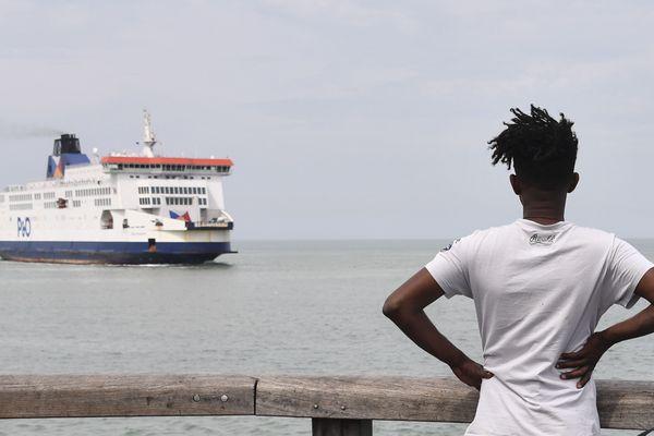 Un migrant erythréen à Calais observe un ferry sur la Manche.