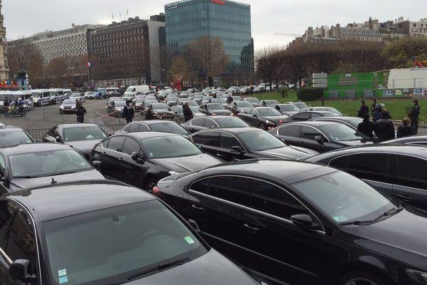 Des VTC en provenance des aéroports d'Orly et Roissy bloquent la porte Maillot, à Paris, le 18 décembre 2015.