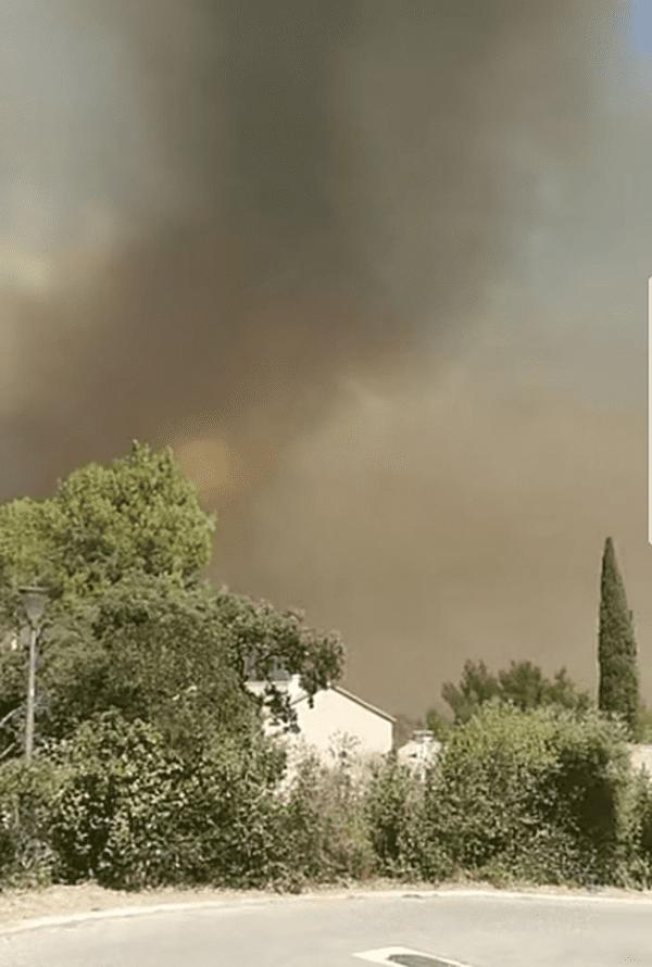 Un incendie menace des habitations à Villeneuve-lès-Avignon, dans le Gard - 26 juillet 2017