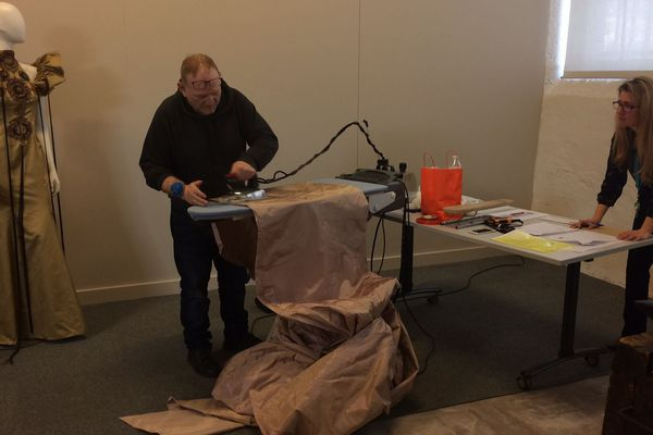 Denis Durand au repassage pour préparer l'exposition