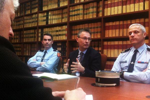 Le procureur de la République de Poitiers, Nicolas Jacquet, entouré du Capitaine Debouy et du Colonel Serre, de la section de recherche de Poitiers, au cours d'une conférence de presse vendredi après-midi.