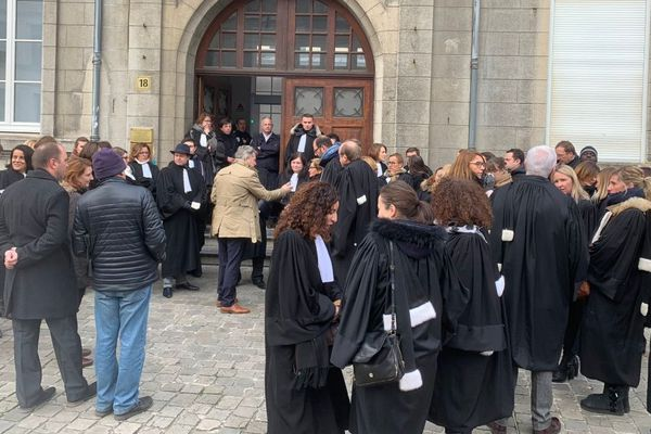 Les avocats du barreau de Valenciennes rassemblés ce jeudi matin devant le tribunal.