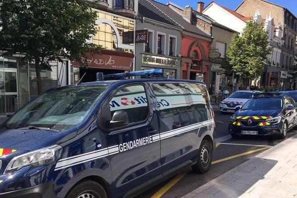 Plusieurs véhicules de gendarmerie sont mobilisés sur cette opération rue Nationale à Forbach (Moselle) ce lundi 24 juin 2019.