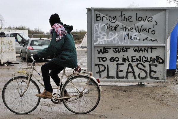 """Un tag """"Nous voulons juste aller en Angleterre, s'il vous plaît"""", dans le camp de réfugiés de Calais."""