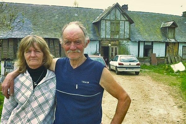 Nicole et Francis Gosselin devant leur maison à Bosc-Mesnil (Seine-Maritime)