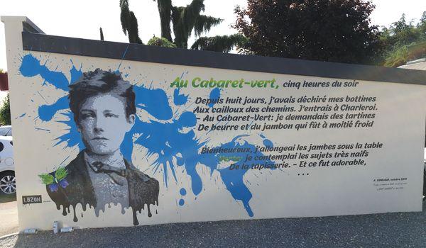 """Quelques vers du poème """"Le cabaret vert"""" de Rimbaud, en exposition pour de longues années dans le centre-ville de Saint-Laurent"""