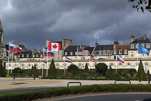 La mairie de Caen vers 13h00, avec les drapeaux