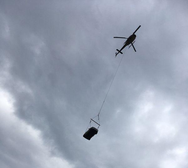 L'hélicoptère entrain de transporter une cargaison.