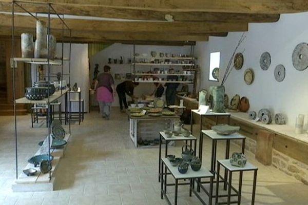 Dans les Communs, les céramistes occupent le rez-de-chaussée, l'exposition est à voir au premier.