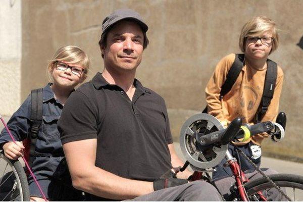 Yoann pédale avec ses bras et emmène ses enfants à l'école à vélo !