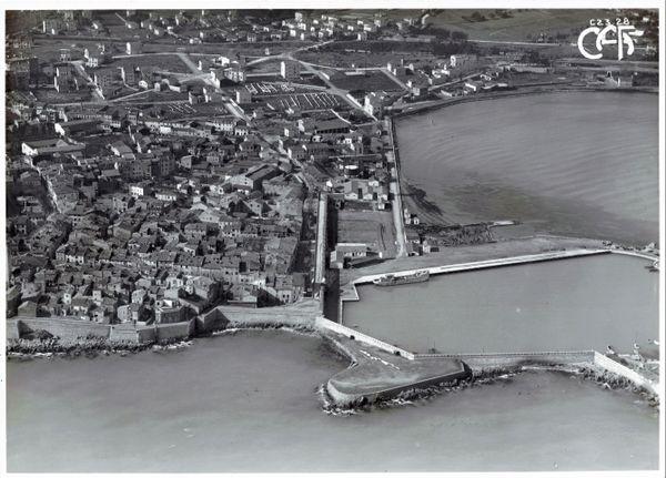 Le port d'Antibes et la ville d'Antibes photographiés à bord d'un hydravion de la Compagnie Aérienne Française avant 1920. Repérages d'avant construction de la base d'hydravions d'Antibes créée en 1920.