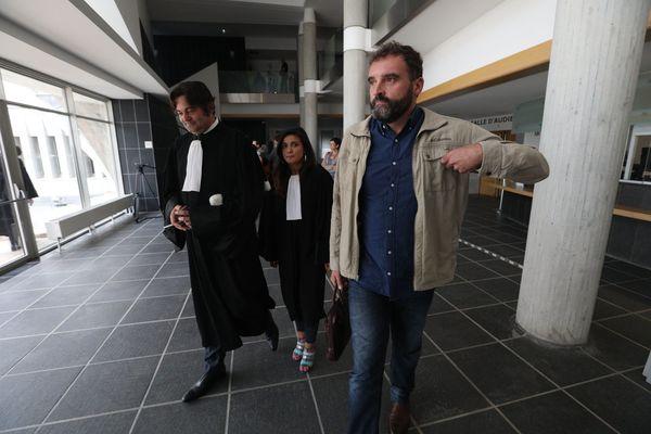Frédéric Péchier et ses avocats au palais de justice de Besançon en septembre 2017.
