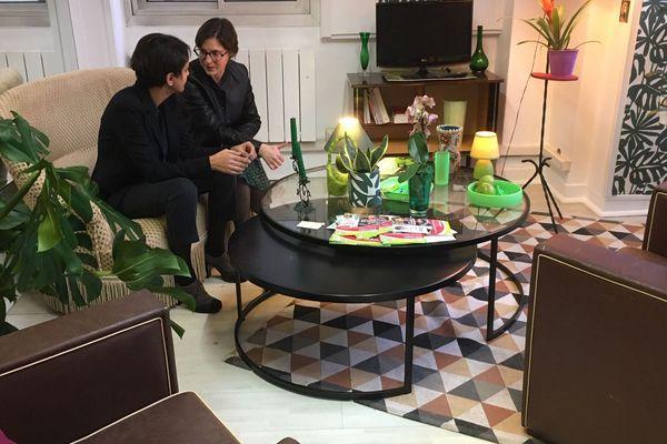 Najat Vallaud-Belkacem et Delphine Labails dans le QG de campagne de la candidate socialiste.