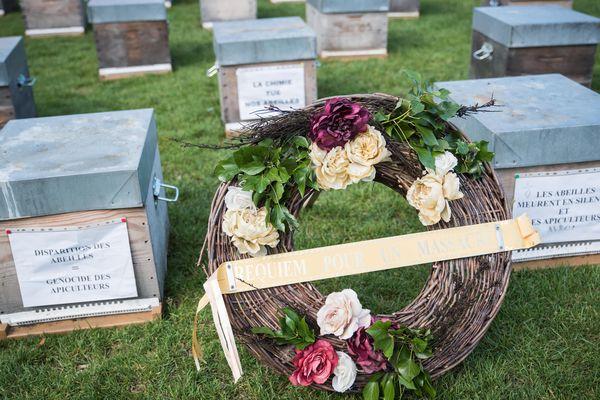 Les apiculteurs ont disposé des cercueils sur l'esplanade des Invalides à Paris ce jeudi 7 juin 2018, journée de mobilisation nationale.