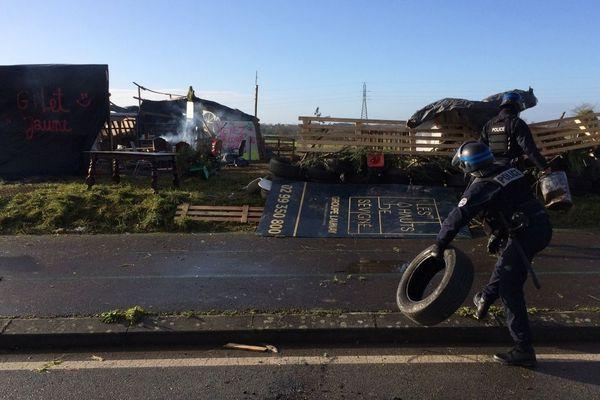 Démantèlement du rond-point de la Rigourdière à Cesson-Sévigné (35) jeudi 20 décembre.