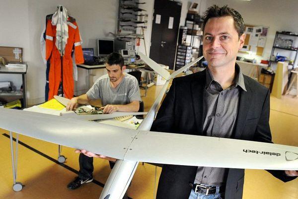Michael de Lagarde, PDG de la société Delair-Tech présente un drone civil, la spécialité de la maison. En juillet 2015, elle est la première lauréate toulousaine du programme national French Tech.