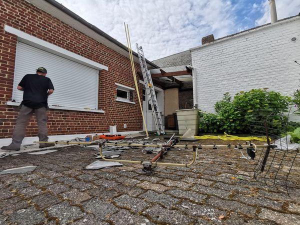 Tuiles et antenne TV arrachés du toit de cette maison de Cauroir.