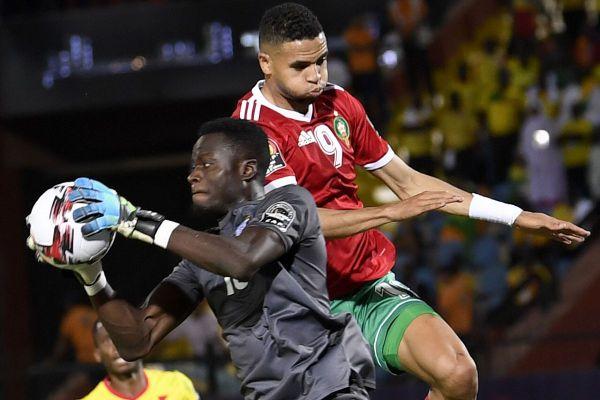 Saturnin Allagbé, gardien de but international béninois, intercepte un ballon face au Maroc lors de la Coupe d'Afrique des Nations le 5 juillet 2019.