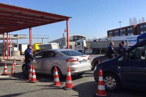 Les gardes frontières suisses contrôlent les automobilistes en provenance de France à la douane de Bardonnex.