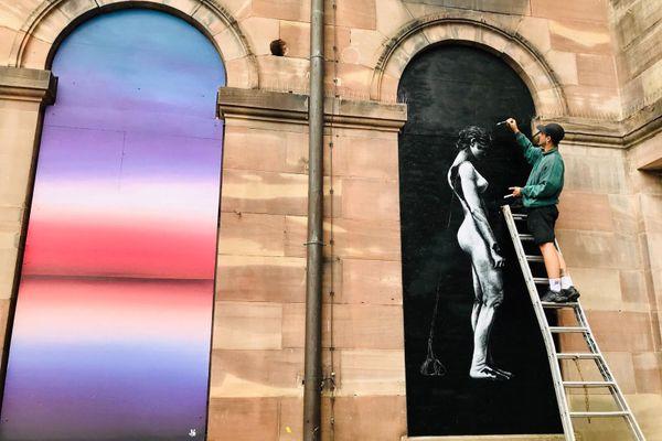 L'oeuvre de droite représente Louise Weiss, qui a légué une partie de ses biens culturels à la commune.