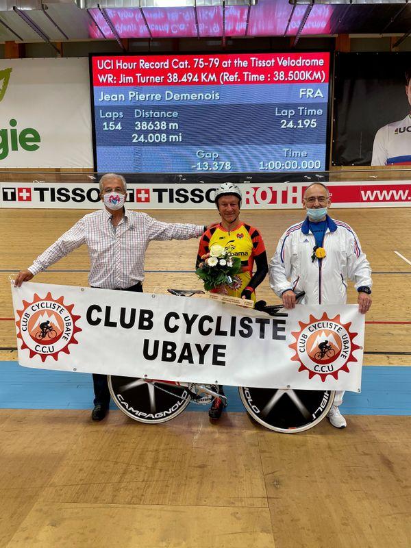 Au centre de la photo, Jean-Pierre Demenois peut afficher un large sourire. Le pensionnaire du Club Cycliste de l'Ubaye vient battre le record du monde de l'heure des plus de 75 ans en parcourant 38,638km.