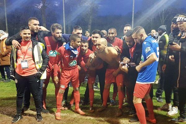 La joie des joueurs de Hombourg-Haut après leur victoire face à Auxerre.