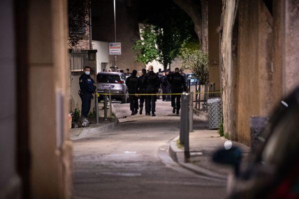 Le secteur de la rue du Râteau, près de la place Pie à Avignon, sécurisé par les forces de l'ordre après qu'un policier s'est fait tuer par balles, mercredi 5 mai 2021.