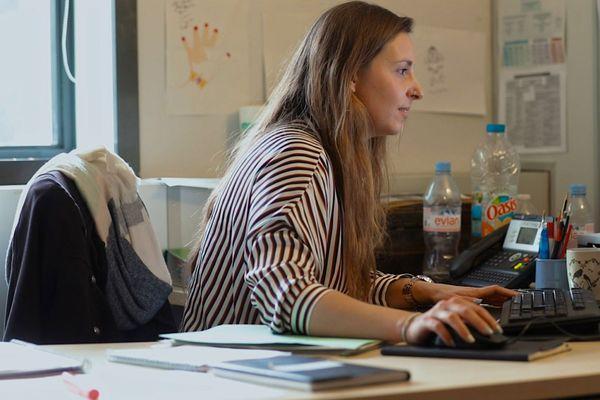 Elise armée de son ordinateur et de son téléphone cherche des solutions pour sa jeune protégée.