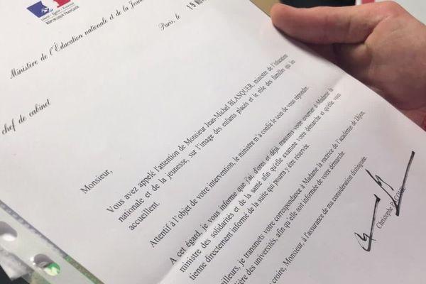 Tony a adressé un courrier au ministère de l'Éducation Nationale. Il demande à ce que les enfants placés soient valorisés davantage à l'école. Il dénonce une forme de stigmatisation de la part du corps enseignant et des autres élèves.