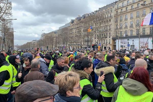 Des milliers de gilets jaunes ont investi les Champs-Elysées ce samedi 2 mars.