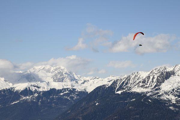 Un parapentiste survolant le secteur des Dolomites, dans les Alpes italiennes. (Illustration)