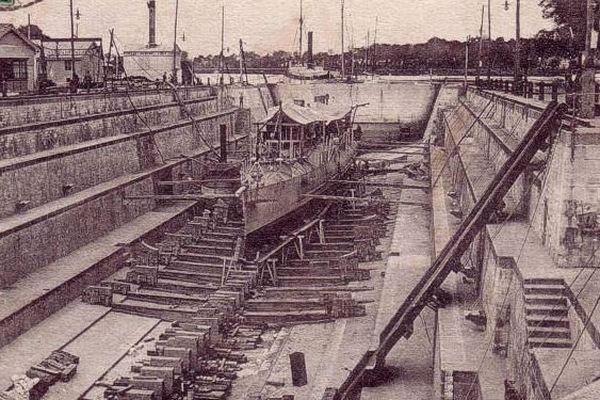 Carte postale d'une des 3 formes de radoub de l'arsenal de Rochefort