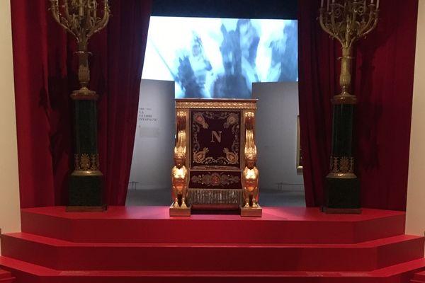Prêté spécialement par le Sénat, ce trône était celui sur lequel siégeait Napoléon au sein de l'institution.